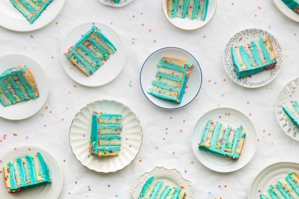 birthday cake slices from above - кусок торта стоковые фото и изображения