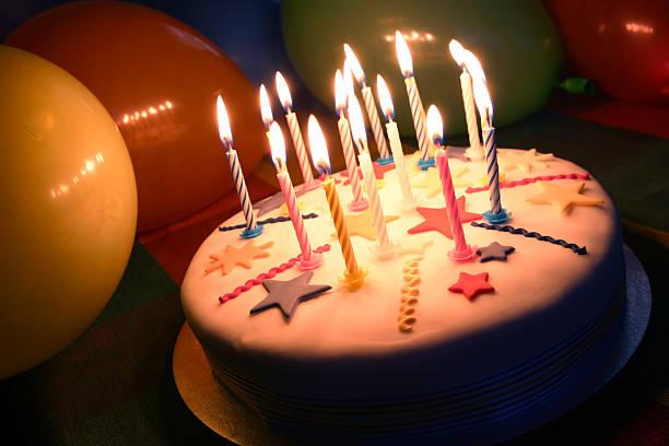 geburtstagstorte mit kerzen und ballons - super torte stock-fotos und bilder