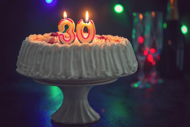 birthday cake with candles - 30 te urodziny zdjęcia i obrazy z banku zdjęć