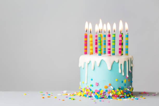 pastel de cumpleaños con glaseado de goteo y velas de colores - cumpleaños fotografías e imágenes de stock