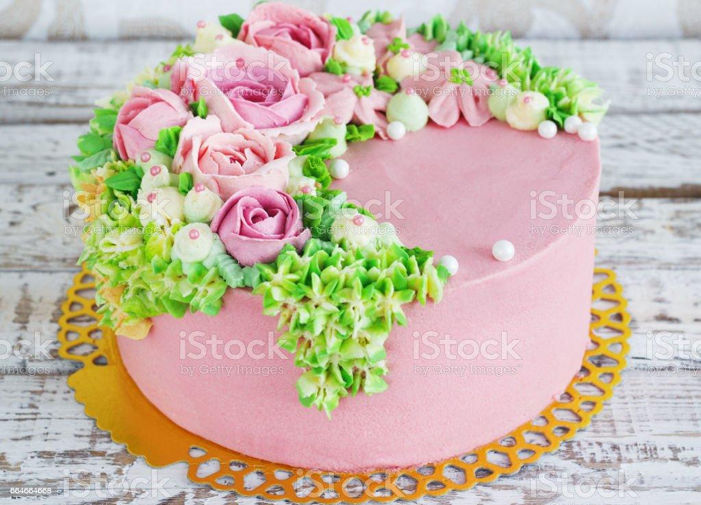 Gateau Danniversaire Avec Des Fleurs Rose Sur Fond Blanc Photos Et