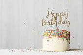 ゴールドのバナーで誕生日ケーキ