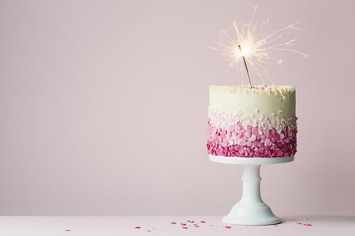 Birthday Cake With Sparkler — стоковые фотографии и другие картинки Без людей