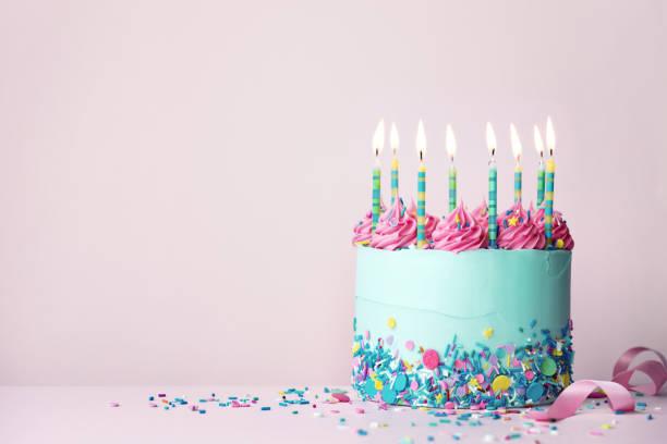 Geburtstagstorte mit Streuseln und Buttercreme wirbelt – Foto