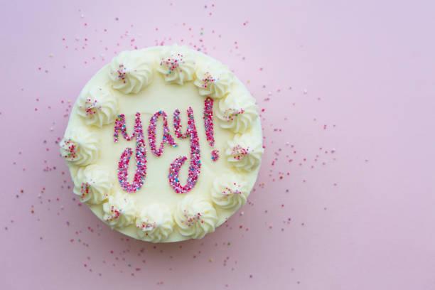Verjaardagstaart met yay die in hagelslag wordt geschreven foto