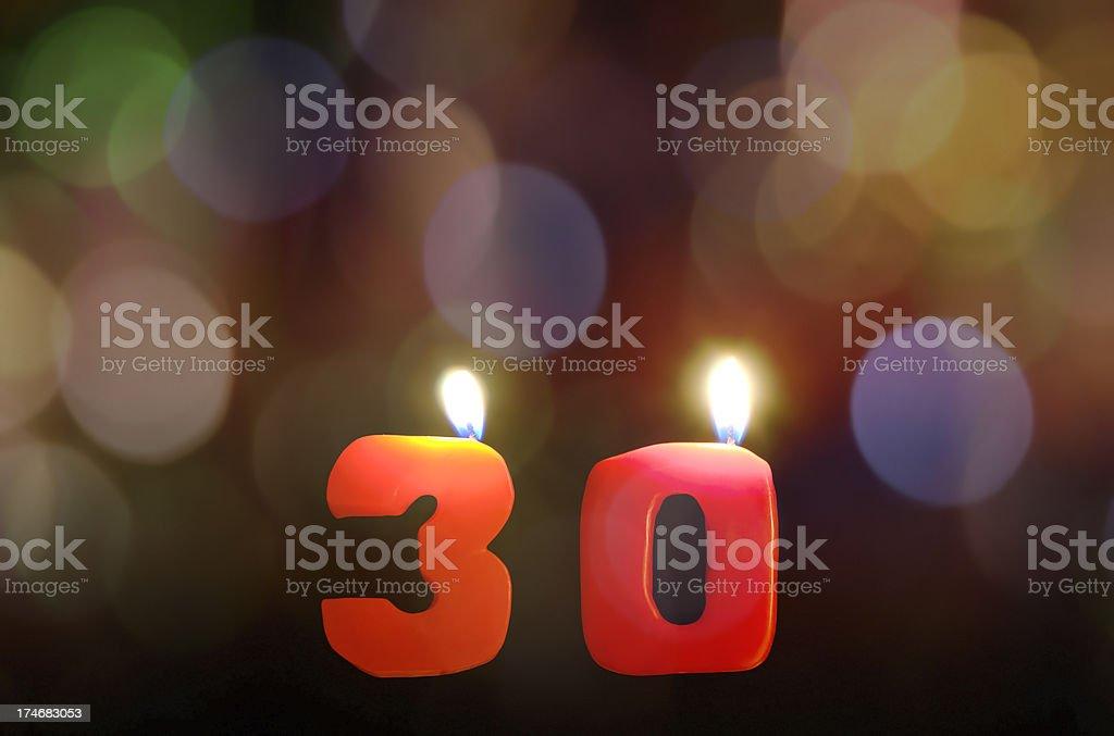 Velas de cumpleaños en la edad de 30 fondo bokeh - foto de stock
