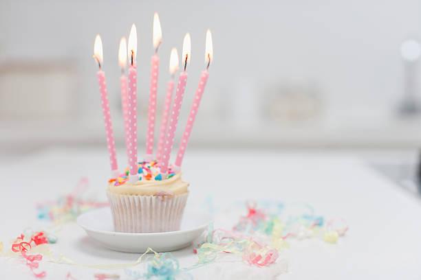 kerzen auf geburtstag cupcake - super torte stock-fotos und bilder
