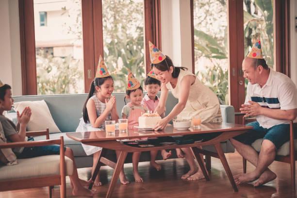 geburtstagsfeier für asiatische chinesische familie in malaysia - geburtstagsgeschenk für papa stock-fotos und bilder