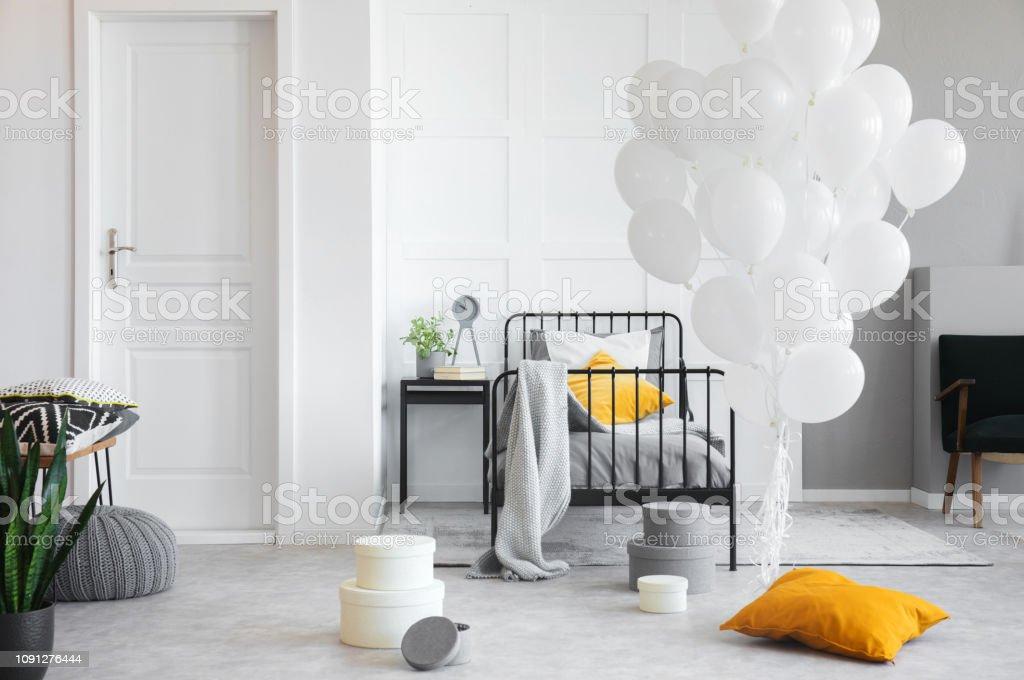 Geburtstagsfeier In Weißen Industrielle Schlafzimmer Mit Metall Bett Und  Betonboden Stockfoto und mehr Bilder von Beton
