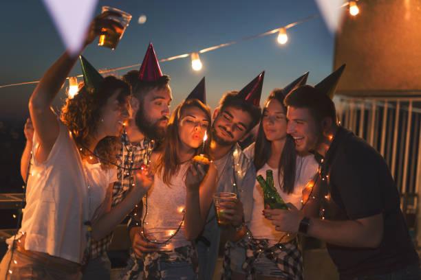 geburtstagsfeier - jugendliche geburtstag geschenke stock-fotos und bilder