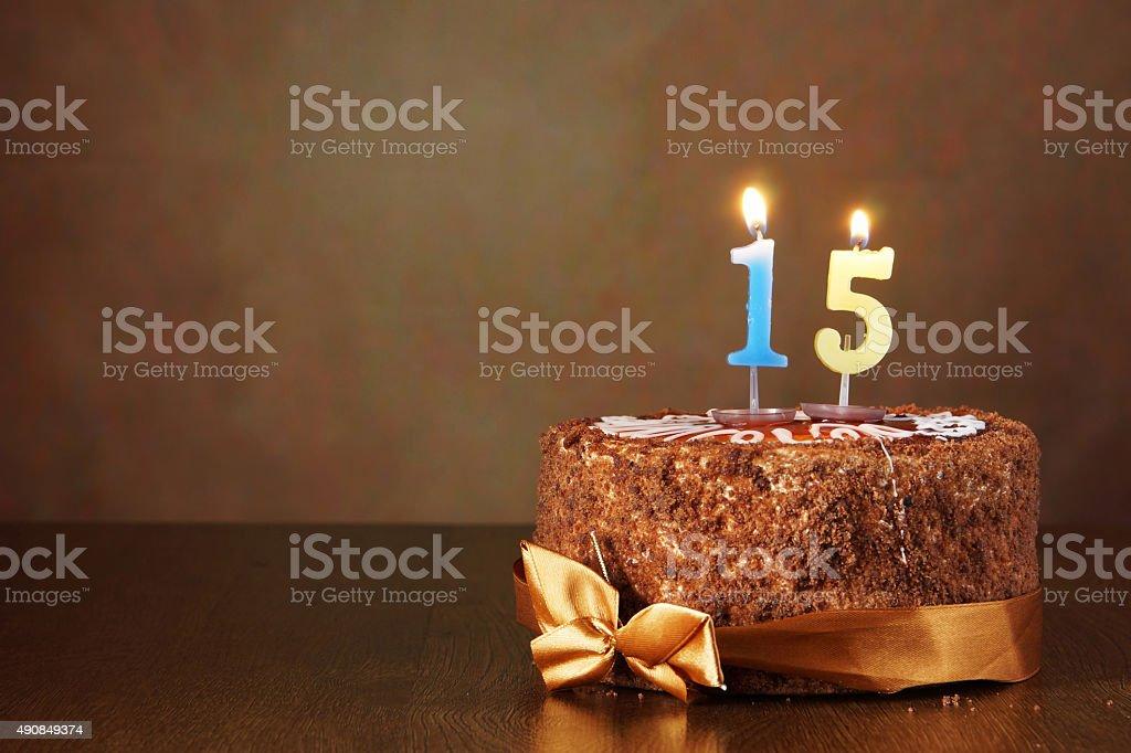 Geburtstag Schokoladenkuchen mit brennenden Kerzen und eine Zahl 15 – Foto