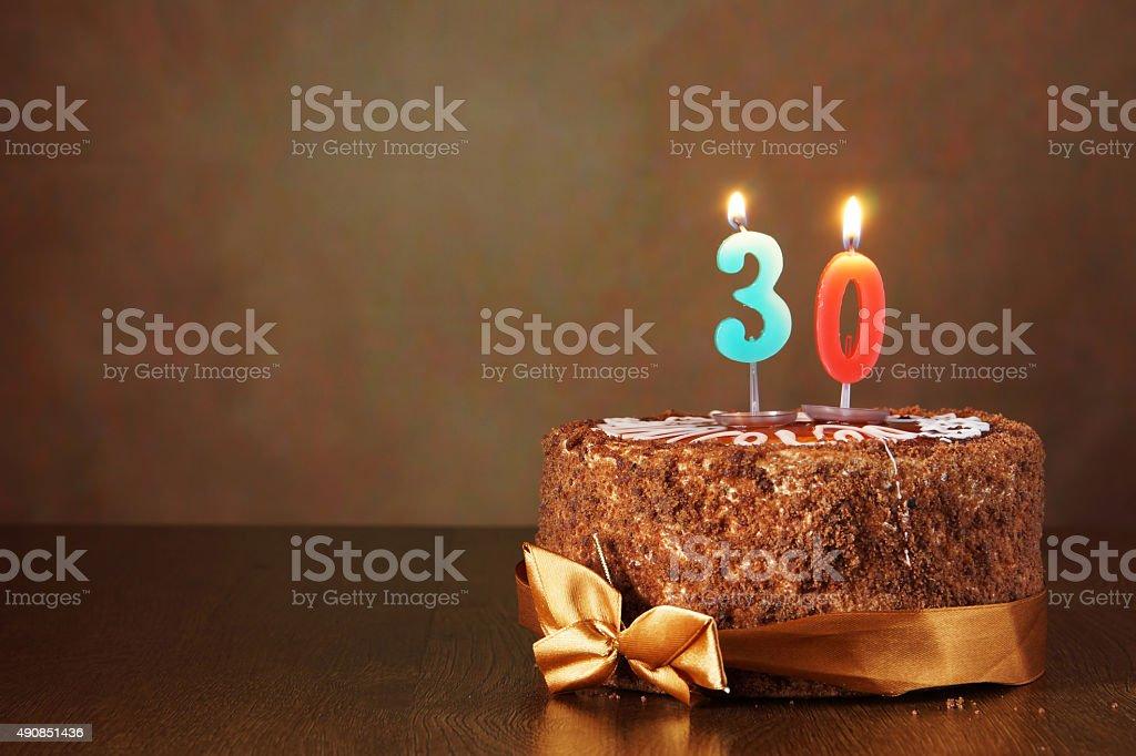 Cumpleaños pastel de chocolate y quemar velas como una cantidad de 30 - foto de stock