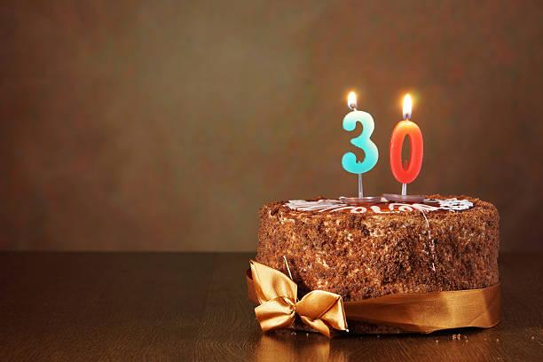 ciasto czekoladowe z spalanie urodziny świec jako numer - 30 te urodziny zdjęcia i obrazy z banku zdjęć
