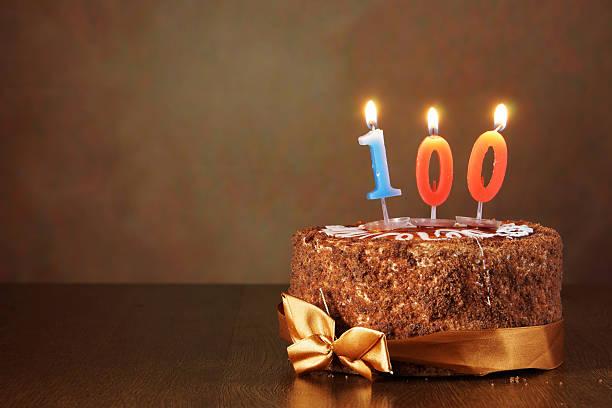 geburtstag schokoladenkuchen mit brennenden kerzen wie einige hundert - nummer 100 stock-fotos und bilder