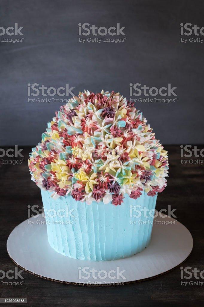Pastel De Cupcake Con Decoración De Flores Helado En La Mesa