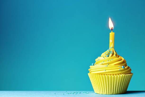 gâteau d'anniversaire - objet jaune photos et images de collection