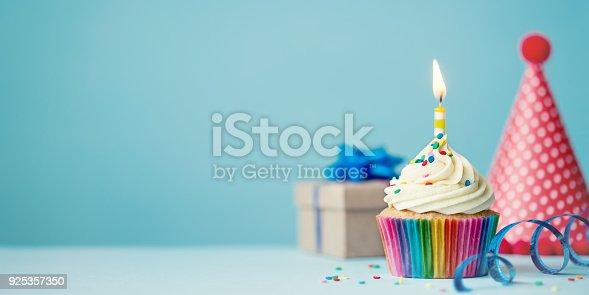 istock Birthday cupcake 925357350