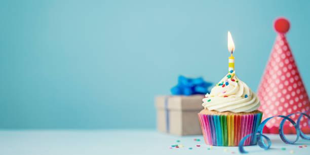 cumpleaños magdalena con glaseado - cumpleaños fotografías e imágenes de stock
