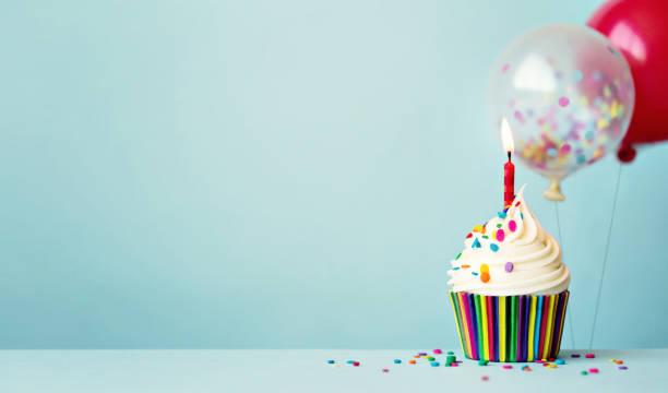 pastel de cumpleaños con globos - cumpleaños fotografías e imágenes de stock