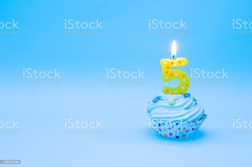 Cupcake de aniversário com velas, com cinco - foto de acervo