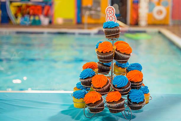 geburtstag-cupcakes - cupcake türme stock-fotos und bilder