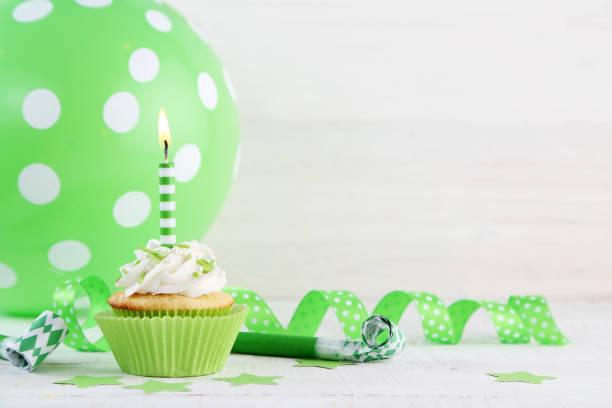 geburtstag-cupcakes - einladungskarten kindergeburtstag stock-fotos und bilder