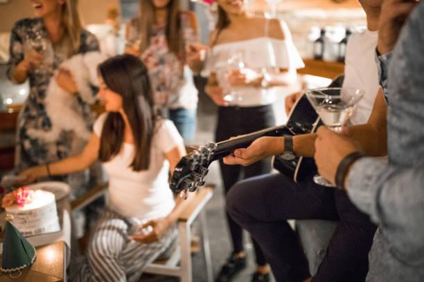 geburtstag-dinner-party - gitarren geburtstagstorten stock-fotos und bilder