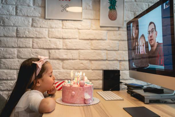Geburtstag Mädchen bläst Kerzen, während ihre Cousins singen ihr Happy Birthday Song auf einem Video-Anruf-App – Foto