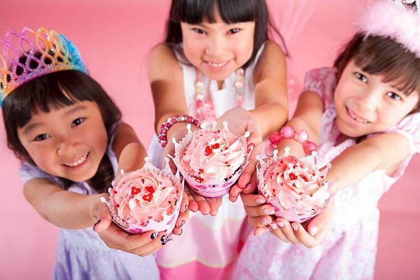 mädchen feiern ihren geburtstag mit ihren freunden - prinzessinnen torte stock-fotos und bilder