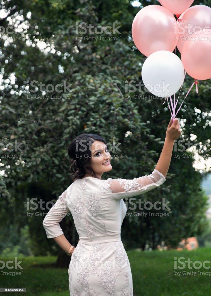 Geburtstagmädchen Mit Luftballons In Den Park Stock-Fotografie und ...