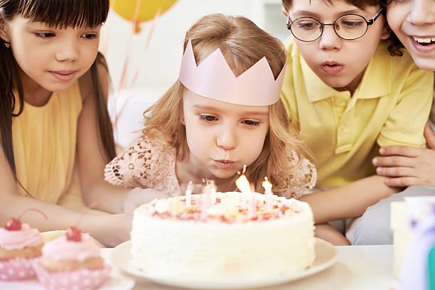 birthday girl with friends - prinzessinnen torte stock-fotos und bilder