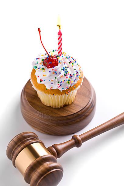 geburtstag. anwalt. richter. - einladungskarten kindergeburtstag stock-fotos und bilder