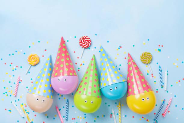 geburtstag oder party hintergrund. lustige ballons, bonbons und konfetti auf blaue tischplatte anzeigen. flach zu legen. - originelle geburtstagsgeschenke stock-fotos und bilder