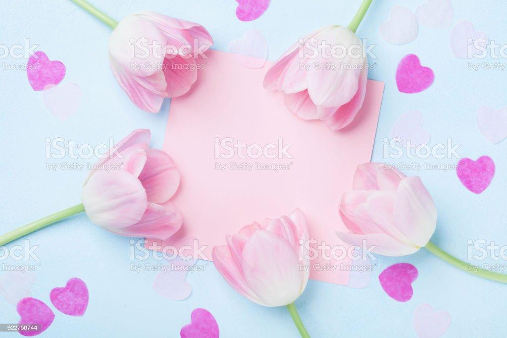 Verjaardag Of Bruiloft Mockup Met Roze Papieren Lijst Harten En Tulp Bloemen Op Blauwe Achtergrond Bovenaanzicht Mooie Vrouw Dag Kaart Stockfoto En