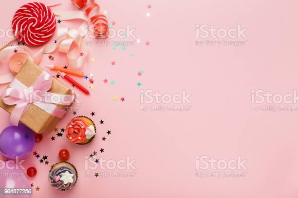 生日聚會背景禮品和蛋糕 照片檔及更多 事件 照片