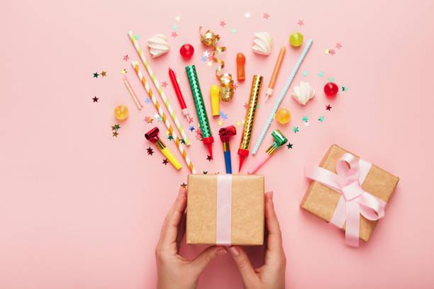 birthday party hintergrund mit geschenk und konfetti - einladungskarten kindergeburtstag stock-fotos und bilder