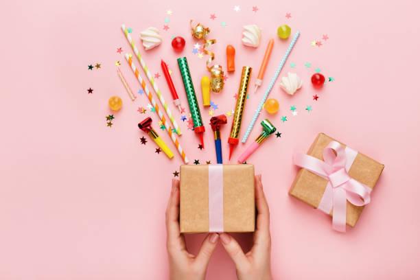 birthday party hintergrund mit geschenk und konfetti - kinderparty spiele stock-fotos und bilder