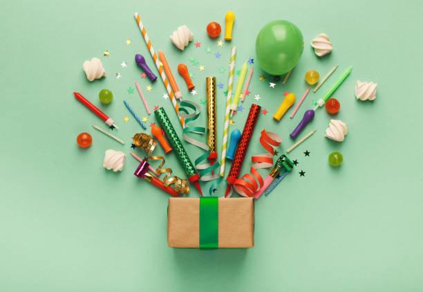 birthday party hintergrund mit geschenk und lutscher - einladungskarten kindergeburtstag stock-fotos und bilder