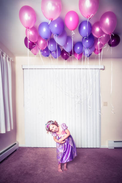 geburtstag luftballons lachen - lila mädchen zimmer stock-fotos und bilder