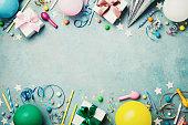 誕生日パーティー バナーや背景にカラフルな気球、ギフト、カーニバル キャップ、紙吹雪、キャンディ、ストリーマー。フラット レイアウト スタイルです。あいさつ文のためのスペース。