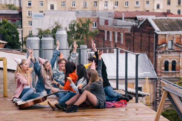 geburtstagsparty für studenten. glückliche freizeit - geburtstagsgeschenke für beste freundin stock-fotos und bilder