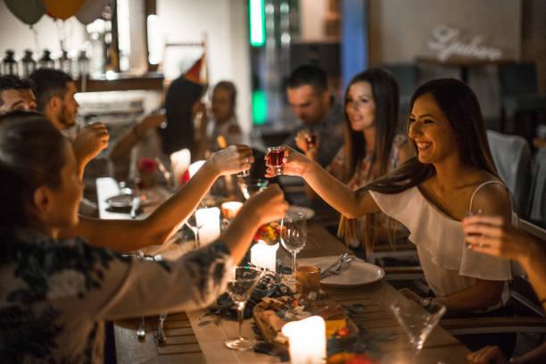 fun fête anniversaire - diner entre amis photos et images de collection