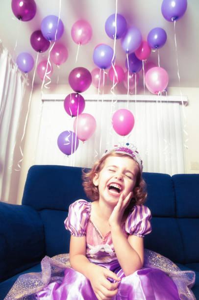 geburtstag party lachen - lila mädchen zimmer stock-fotos und bilder