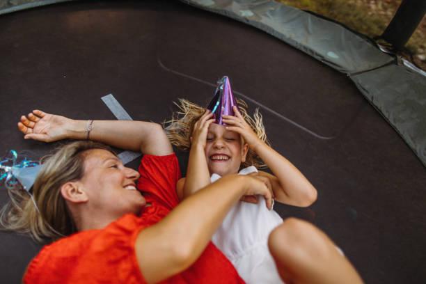 geburtstagsfeier auf einem trampolin - gartentrampolin stock-fotos und bilder