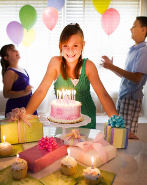 geburtstagsfeier party - jugendliche geburtstag geschenke stock-fotos und bilder