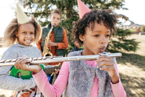 geburtstagsfeier mit musikinstrumenten auf musik-schule-event - probeessen spiele stock-fotos und bilder