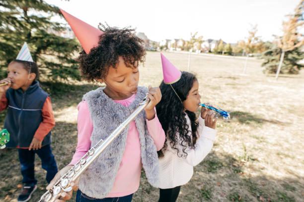 geburtstagsfeier mit musikinstrumenten auf musik-schule-event - gitarren geburtstagstorten stock-fotos und bilder