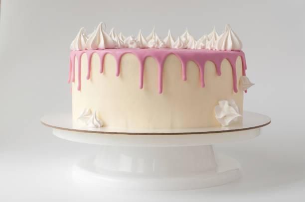 rosa geburtstagstorte für mädchen, dekoriert mit baiser-plätzchen auf einem weißen hintergrund. - prinzessinnen torte stock-fotos und bilder