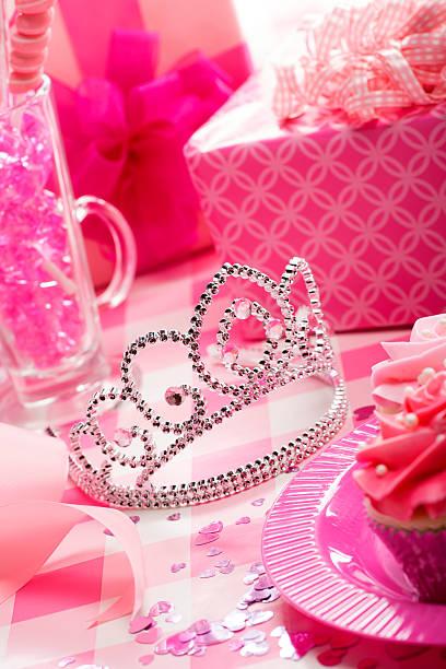 geburtstag party mit rosa prinzessin diadem krone - prinzessin tiara stock-fotos und bilder
