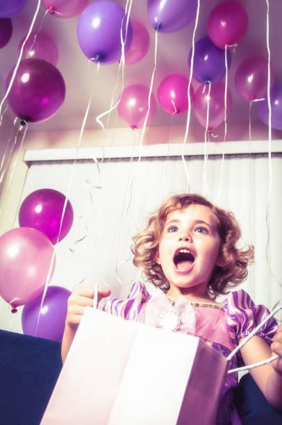 geburtstagsgeschenk - lila mädchen zimmer stock-fotos und bilder